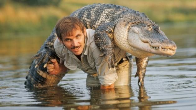 Wegen dieses Postkartenmotivs wurde Gramanitsch vom Besitzer der weltweit größten Krokodilfarm der Welt in Thailand empfangen – so kam er in den Besitz eines weißen Krokodils. (Bild: Privatarchiv Johann Gramanitsch)