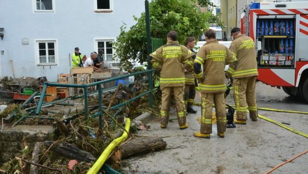 Beim Hochwasser in Hallein trat der Kothbach über die Ufer. Nun ist ein Streit über den ungenügenden Hochwasserschutz ausgebrochen. (Bild: APA/FF HALLEIN)