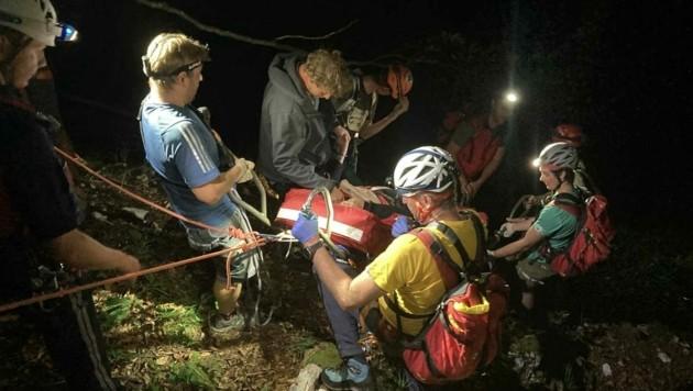 Die Verletzte musste aus steilem Gelände geholt werden (Bild: Bergrettung Obertraun)