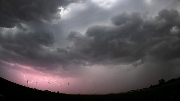 Drohen Bayern am Wochenende schwere Unwetter mit Starkregen und Überschwemmungen? (Bild: APA/dpa/Julian Stratenschulte)