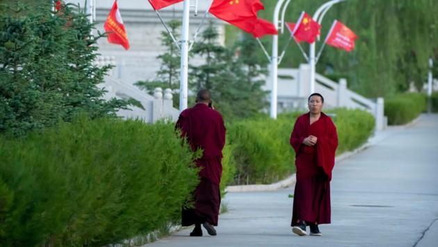 Mönche eines buddhistischen Klosters in Lhasa (Bild: AP Photo/Mark Schiefelbein, File)