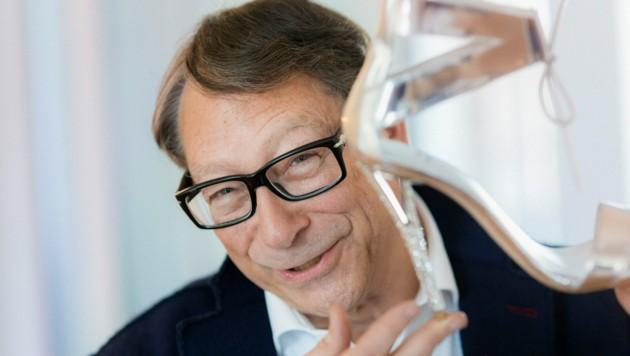 Schuhdesigner Stuart Weitzman mit seinem Lieblingsmodell eines Highheels. (Bild: Andreas Müller / Visum / picturedesk.com)