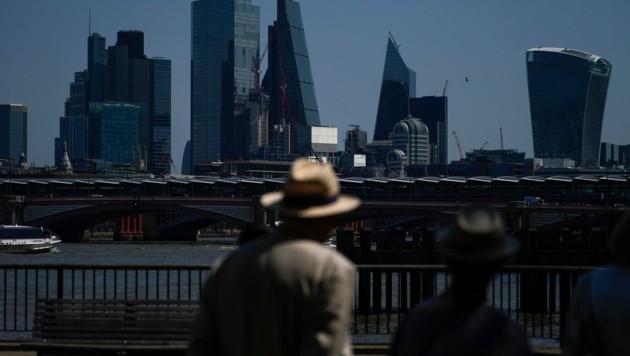 Die Skyline des Finanzdistrikts von London, wo die Corona-Zahlen zuletzt wieder stark anstiegen. (Bild: AP)