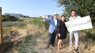 Nach zähen Verhandlungen jubelt die Eigentümer-Familie Ernst (li.) mit Ortschef Koza über das Microsoft-Projekt. (Bild: Judt Reinhard)