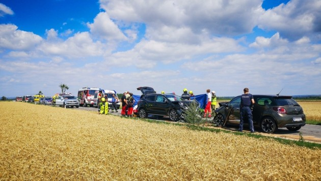 Großaufgebot an Einsatzkräften an der Unfallstelle, für eine 85-Jährige kam jede Hilfe zu spät. (Bild: Freiwillige Feuerwehr Utzenlaa)