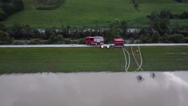 Floriani pumpten Wasser aus den Retentionsräumen ab (Bild: Freiwillige Feuerwehr Mittersill)