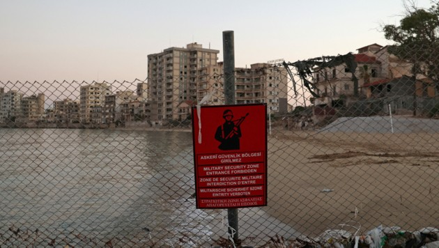 Varosha - einst ein luxuriöses Stadtviertel für Promis - ist jetzt eine militärisch abgesperrte Geisterstadt. (Bild: APA/AFP/Christina ASSI)