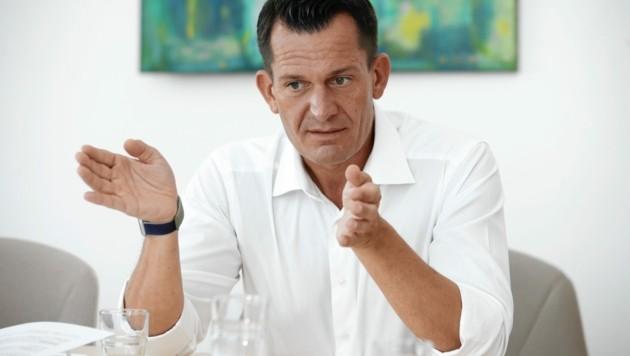 Gesundheitsminister Mückstein will die Impfung zu den Menschen bringen. Von manchen aufwendigen Prozessen der Politik ist er überrascht. (Bild: Reinhard Holl)