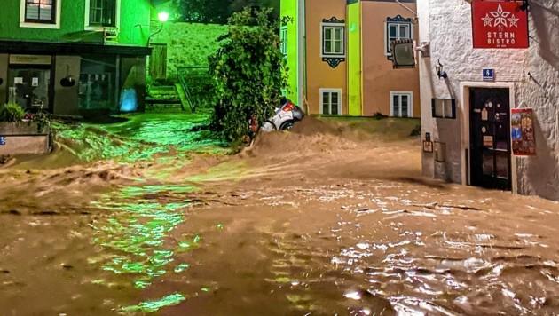Hallein im Ausnahmezustand: Die halbe Innenstadt wurde vor einer Woche überflutet. (Bild: Markus Tschepp)