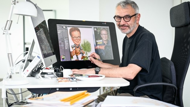 """Milan A. Ilic, hier bei der Arbeit an einer der letzten Karikaturen vom Grünen Rudi Anschober, hat Grafik und Design in seiner Heimatstadt Beograd (Belgrad) gelernt. Er hat viele Bücher illustriert, für Unternehmen gezeichnet und arbeitet seit dem Jahr 2000 regelmäßig für die """"Kronen Zeitung"""". (Bild: Alexander Schwarzl)"""