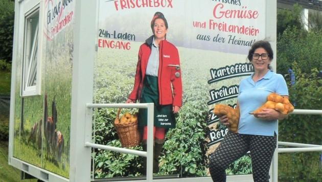 """Erika Wach vor ihrer """"Frischebox"""", die mit heimischen Schmankerln gefüllt ist. (Bild: Biendl Christian)"""