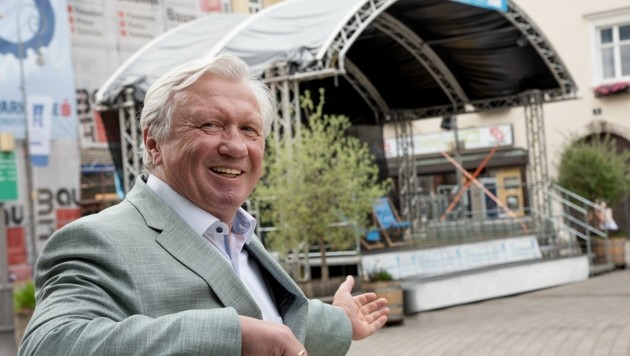Bürgermeister Herbert Osterbauer mit der neuen Bühne. (Bild: Seebacher Doris)