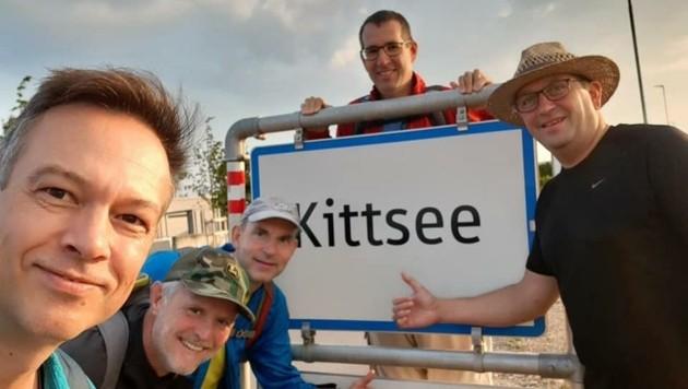 In Kittsee ging's los: Michael Hess, Ferdinand Reiterits, Michael Kritsch, Wolfgang Sima und Christian Bauer wanderten 225 Kilometer in sechs Tagen. (Bild: Michael Hess)
