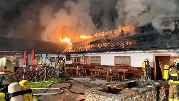 Lange Anfahrt und schwierige Wasserversorgung: Die Lage der Fürthermoar Alm stellte die Feuerwehren vor große Herausforderungen. (Bild: FF Piesendorf)
