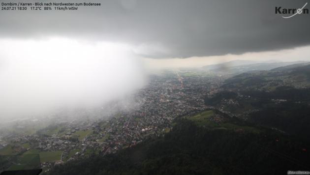 Diese Regenwalze brachte Dornbirn am Samstagabend innerhalb kürzester Zeit fast 30 Liter pro Quadratmeter an Regen. (Bild: foto-webcam.eu)