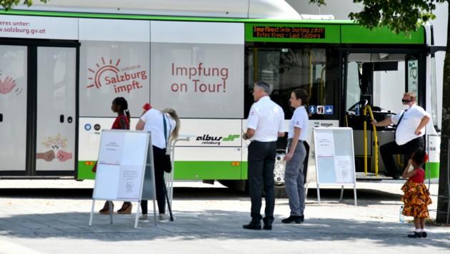 Der Impfbus machte am Dienstagebend in Saalfelden doch nicht Halt. (Bild: APA/Barbara Gindl)