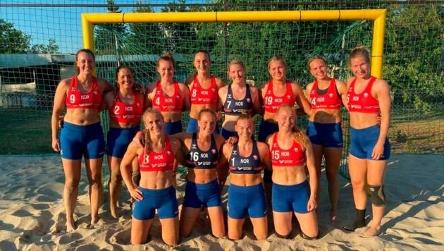 """""""Nicht mit uns"""", sagten sich die norwegischen Beach Handballerinnen und protestierten gegen die Bekleidungsvorschrift der Handball Federation. (Bild: www.viennareport.at)"""