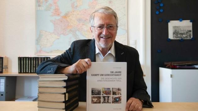 SPÖ-Nationalrat a. D. Erwin Niederwieser hat der Arbeiterkammer Tirol zum 100. Geburtstag ein Buch geschenkt. (Bild: Niederwieser)