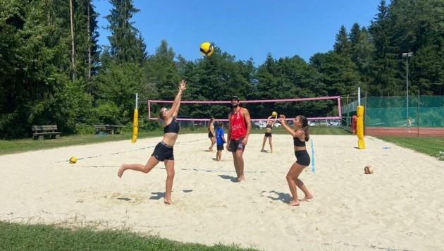 """Beachvolleyballer Chris Dressler zeigte den kleinen Sportbegeisterten in Faak am See seinen """"Sandkasten"""". (Bild: ZVG)"""