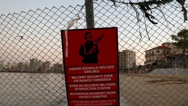 Ein Schild der türkischen Armee im umzäunten Gebiet von Varosha/Maras (Bild: AFP)