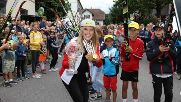 Doppelweltmeisterin Katharina Liensberger hatte sichtlich Spaß an dem großen Bahnhof, der ihr in ihrer Heimat Göfis bereitet wurde. (Bild: Maurice Shourot)