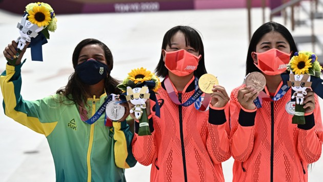 Podium: Rayssa Leal (Silber) aus Brasilien, Japans Momiji Nishiya (Gold) und Japans Funa Nakayama (Bronze). (Bild: AFP)