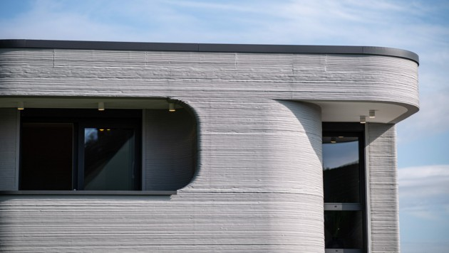 Dieses zweigeschoßige Einfamilienhaus mit ca. 80 Quadratmeter Wohnfläche pro Etage entstand nicht in herkömmlicher Bauweise, sondern wurde von einem 3D-Betondrucker gefertigt. (Bild: APA/dpa/Guido Kirchner)