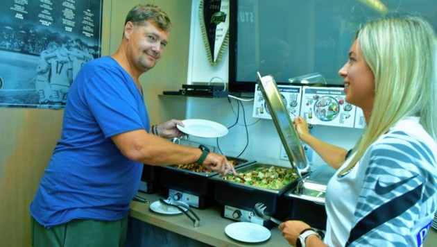 Auch Amateurtrainer Thomas Hösele schmeckt das gesunde Essen. (Bild: Foto Ricardo, Richard Heintz 8010)