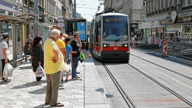 Bei der Straßenbahnhaltestelle der Linie 46 auf der Thaliastraße kommt es derzeit zu längeren Wartezeiten für Fahrgäste. (Bild: Klemens Groh)