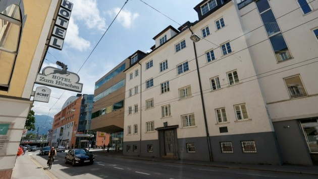 Die Bank bündelt ihre Kräfte in Haus D (braunes Gebäude), Haus C (Mitte) wird geschliffen (Bild: Tschepp Markus)