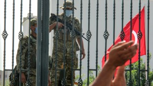 Tunesische Soldaten beachsen das Parlamentsgebäude (Bild: The Associated Press)
