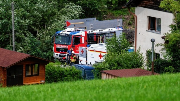 Großeinsatz in der Ortschaft Punkenhof in Lasberg. Durch das Öffnen der Garage wurde die Gefahr gebannt, das Kohlenmonoxid konnte abfließen. (Bild: FOTOKERSCHI.AT / KERSCHBAUMMAYR)