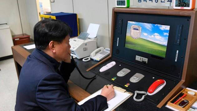 Ein südkoreanischer Beamter spricht über den offiziellen Kommunikationskanal mit Nordkorea. (Bild: AP)