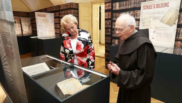 Pater Anton Bruckner führte Landtagspräsidentin Verena Dunst durch die Ausstellung und die Bibliothek im Franziskanerkloster in Güssing. (Bild: Judt Reinhard)