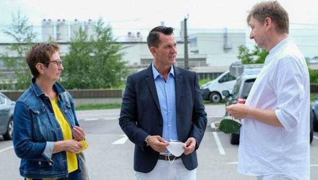 Minister Wolfgang Mückstein mit dem Ennser Arzt Wolfgang Hockl (r.) und Grünen-Politikerin Ulrike Schwarz (l.). (Bild: Einöder Horst)
