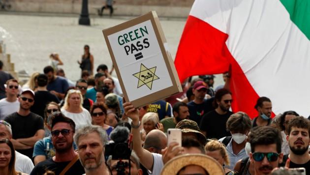 Bei Protesten gegen den Grünen Pass in Rom haben Demonstranten das Eintrittszertifikat mit dem Judenstern im Dritten Reich verglichen. (Bild: AP)