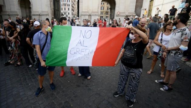 Schon am Samstag gab es in Rom Proteste gegen den Grünen Pass der Regierung. (Bild: AFP)