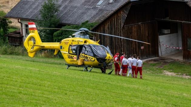 Mit Rettungshelikoptern wurden Kinder und Mutter noch in Kliniken geflogen. (Bild: Kerschbaummayr Werner)