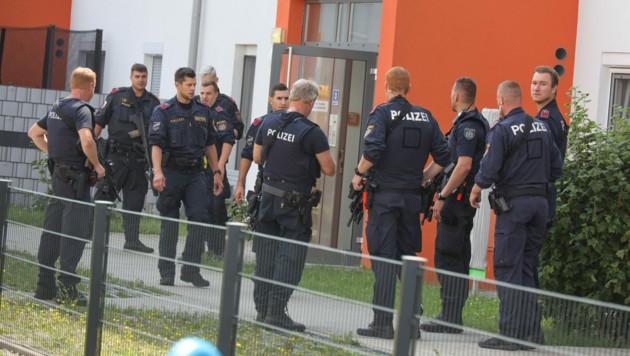 Ein Großaufgebot an Polizisten hatte nach dem Mordversuch zunächst erfolglos nach dem Verdächtigen gesucht. (Bild: laumat.at/Matthias Lauber)