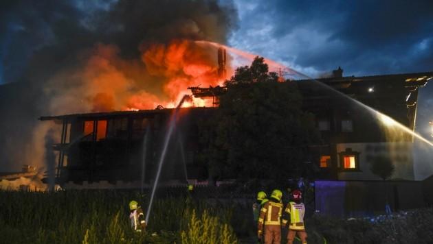 Der hinter Bereich des ehemaligen Hotels wurde ein Raub der Flammen. (Bild: Zeitungsfoto.at)