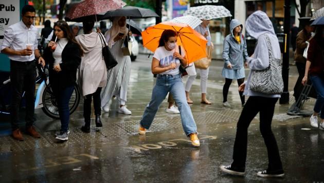 Heimische Touristen werden den berühmten Londoner Regen ab dem 2. August wieder ohne Quarantäne-Pflicht genießen dürfen. (Bild: AFP)