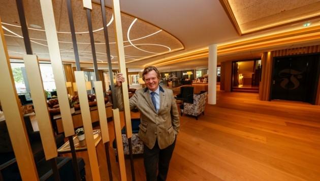 Hotel-Chef Friesacher in der neuen Lobby. (Bild: Tschepp Markus)