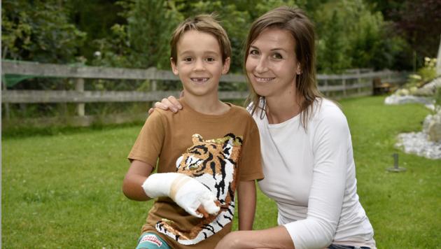 Iris Kaml mit ihrem Jonathan. Mittlerweile ist er wieder aus dem Krankenhaus entlassen. (Bild: Roland Holitzky)