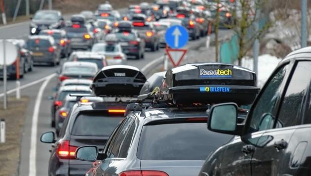 Landes- und Gemeindestraßen im Umkreis Reutte sollen für den Ausweichverkehr an Wochenenden tabu sein. (Bild: zoom.tirol)