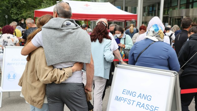 Jeder zweite Österreicher hat inzwischen beide Teilimpfungen erhalten. (Bild: APA/FRANZ NEUMAYR)