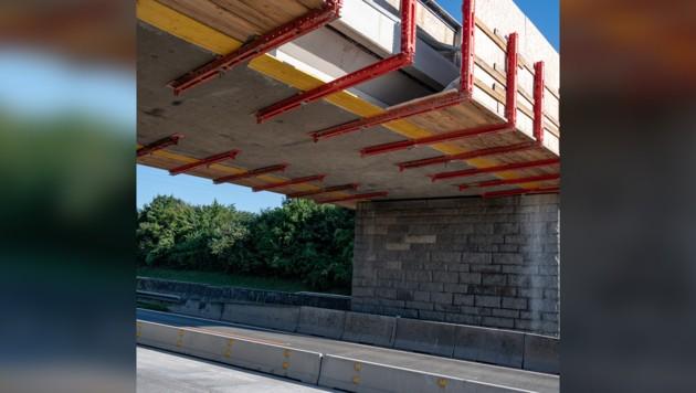 Der Arbeiter stürzte von der Brücke auf die Fahrbahn - für ihn kam jede Hilfe zu spät. (Bild: APA/fotokerschi.at/Werner Kerschbaummayr)