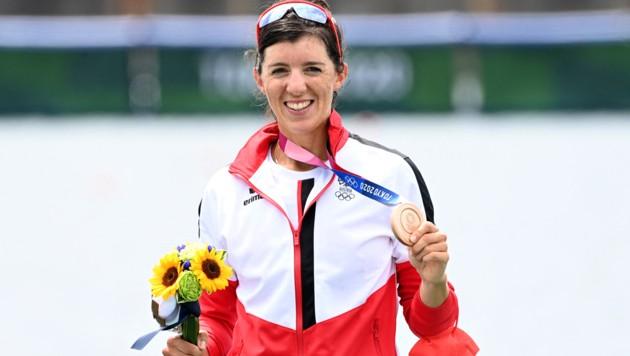 Magdalena Lobnig posiert mit ihrer Medaille. (Bild: APA/AFP/Charly TRIBALLEAU)