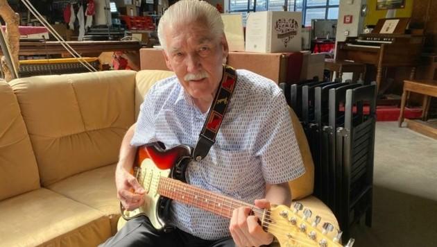 Mit 75 spielt der einstige Sologitarrist von Ricky King immer noch vier Stunden täglich die Fender Stratocaster. (Bild: Peter Kleinrath)