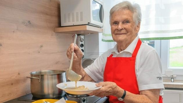 Berta Schmid (93) verteilt im Steyrer Rotkreuz-Stüberl Mahlzeiten an Menschen in Not. (Bild: ÖRK / Jack Haijes)