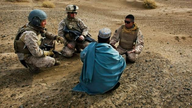US-Soldaten befragen auf dieser Archivaufnahme aus dem Jahr 2009 einen Einheimischen mithilfe eines afghanischen Dolmetschers. (Bild: AP)